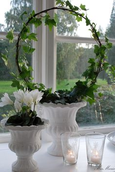 Use wire for ivy to climd, in center add the pop of petunia color, around edges the sweet potato vine or string of pearls, too. Swedish Decor, Wire Flowers, Ivy House, White Cottage, Cottage Chic, White Gardens, Deco Table, Garden Pots, Flower Decorations