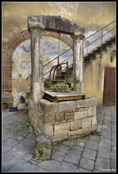 old well outside the centuries old Scala Hospital, San Quirico D'Orcia, Siena, Tuscany, Italy