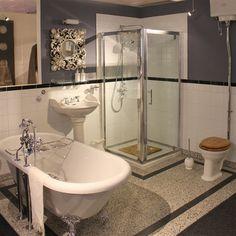 Klassieke badkamer, prachtige bad op pootjes, wastafel met zuil, prachtige douche opstelling, klassieke toiletpot met hooghangend reservoir. Gecombineerd met Terrazzo vloertegels en handvorm wandtegels.