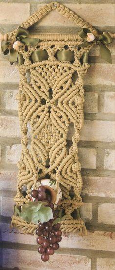 Materiales.  12 Hebras de 1 /2 cm de ancho por 4m de longitud de cordón beige.  Dos hebras auxiliares de 30cm cada una.  Una hebra de 115m y...