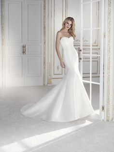 Made by the same company as Pronovias, the La Sposa collection offers the bride a stylish edit of mermaid shapes alongside elegant ball gowns. La Sposa Wedding Dresses, Size 12 Wedding Dress, Simple Wedding Gowns, Pronovias Wedding Dress, Classic Wedding Dress, Bridal Gowns, One Shoulder Wedding Dress, Elegant Ball Gowns, Minimalist Dresses