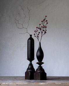 黒檀 ≒ エボニー ファッションブランド「EBONY」さん @_e_b_o_n_y._ にご依頼いただき製作した黒檀の花器。 黒檀は英語でebony、ブランド名にぴったり。 4/3からの展示会でディスプレイとして使っていただけるそうです。 ご興味ある方ぜひとも。 #ebony #黒檀 #木工 #花器 #一輪挿し #暮らしの道具 #ドライフラワー #woodworking #woodturning #woodenvase #dryflower #driedflowers
