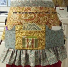 Vendor apron, lots of pockets! Check out Farmgirl Sisters boards - they have LOTS of really cute aprons - some that would be way cuter w/ pockets Vendor Displays, Craft Booth Displays, Retro Apron, Aprons Vintage, Sewing Aprons, Sewing Clothes, Sewing Crafts, Sewing Projects, Cute Aprons