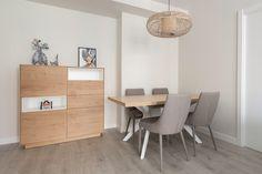 Comedor de diseño moderno con madera, blanco y gris.  Aparador alto para almacenar vajillas. Proyecto de R de Room. #rderoom #comedoresmodernos #comedoresdelujo #comedores #diningroom #diningroomdecor #madrid
