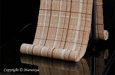 --吉野格子と網代織.手織紬九寸名古屋帯--杉浦晶子染織作品-- 少し太い紬糸が使われているため質感覚がしっかり感じられる。草木染めが施されているが民芸的な感じはなく、気取らない美しさが感じられる作品である。