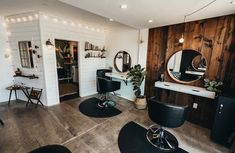 Home Beauty Salon, Home Hair Salons, Hair Salon Interior, Beauty Salon Decor, Salon Interior Design, Home Salon, Beauty Room, Small Beauty Salon Ideas, Rustic Salon Decor