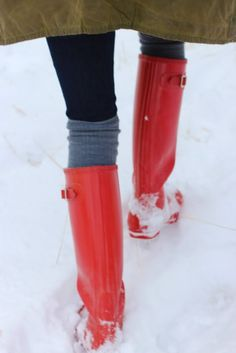 red hunter wellies through the snow. Red Hunter Boots, Red Rain Boots, Hunter Wellies, Rubber Rain Boots, Snow Boots, Hunter Green, Sweater Weather, Red Wellies, Atlantic Pacific