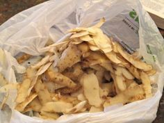 Peeling potatoes doesn't have to make a mess. Use these quick tips to make taking the skin off taters easy. Home Remedies, Natural Remedies, Dinner This Week, Snack Recipes, Snacks, Peeling Potatoes, Potato Skins, Fried Potatoes, White Hair