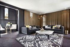 décoration intérieur salon gris rideaux beige tapis motifs baroques