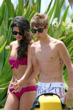 Justin Bieber and Selena Gomez holding hands in Hawaii. May 2011