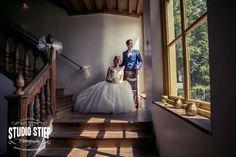 #bruidsfoto #bruidsfotografie #hellevoetsluis #kasteel #rhoon #rotterdam #kasteel-rhoonj #trouwfoto #fotograaf-hellevoetsluis  Ellen en Lennert trouwen op het kasteel van Rhoon, een prachtige trouwlocatie waar wij elkaar eerder dit jaar ook al een keer ontmoeten voor de loveshoot. Maar we hebben elkaar inmiddels nog vaker gezien, op de bruiloft van Moniek en Mike ( slecht 3 weken eerder)warenEllen en Lennertde…