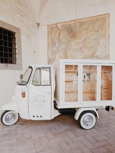 Piaggio Beer Truck a truly moving pub Mobile Bar, Mobile Shop, Prosecco Van, Vespa Ape, Art Loft, Piaggio Ape, Mirror Glaze Cake, Flower Truck, Bike Store