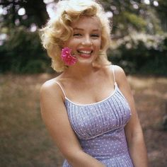 Marilyn poses playfully in Amagansett. By Sam Shaw, 1957 #marilynmonroe #samshaw #1957 #amagansett #longisland #newyork #blonde #flower #marilynrememberedfanclub #marilynremembered