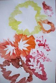 Klinkers in Beeld: Herfstbladeren in wit silhouet