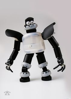 These upcycled creative robots are incredible! Glass Bottle Crafts, Plastic Bottle Crafts, Diy Bottle, Plastic Bottles, Diy Crafts Slime, Slime Craft, Recycled Robot, Recycled Art, Paper Robot