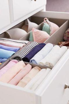 rangement sous vetement des soutiens gorge et des camisoles dans le commode Towel, Ranger, Packing Cubes, Hanging Clothes, Cupboard, Dresser, Towels