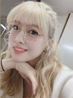 momo bringing back her blonde hair is just iconic Kpop Girl Groups, Korean Girl Groups, Kpop Girls, Nayeon, K Pop, Sana Momo, Hirai Momo, Dahyun, Jennie Blackpink