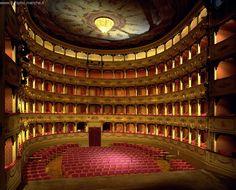 Pesaro, Teatro Rossini | Il teatro, intitolato a Gioacchino Rossini nel 1859, in omaggio al celebre compositore nato nella stessa Pesaro, si propone ancora nella sua veste settecentesca. Numerose ed apprezzate sono le diverse stagioni che accoglie.  Per richiedere una di queste foto scrivi a: comunicazione.turismo@regione.marche.it