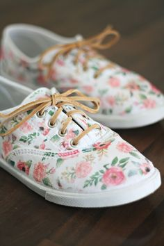 These DIY Floral Sneakers came together in no time, and were so easy to make, thanks to printable iron transfer paper. Just iron it on, add some new laces, and you have the perfect spring shoes! White Canvas Shoes, Painted Canvas Shoes, White Shoes, White Vans, Toddler Shoes, Baby Shoes, Shoe Makeover, Floral Sneakers, Floral Shoes