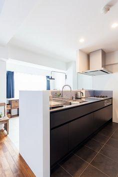 キッチンの面材はブラックでスタイリッシュに。シンクの横に食器カゴ用スペースを作った