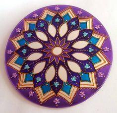 Espelho de 20cm de diâmetro, pintura vitral, decorado com pedrinhas acrílicas. Mandala em sânscrito significa circulo. Elas têm a propriedade de nos prender a atenção, de nos convidar a introspecção. Observando sua simetria nos tranqüilizamos, propiciando a Mente a se distanciar dos problemas imediatos, induzindo ao exercício da contemplação. São veículos para o religamento de nossa consciência com a fonte absoluta de onde provimos e que constituem todo o Universo. O espelho é considerado…