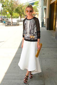 Olivia Palermo usa moletom com saia midi off white e sandália de tiras