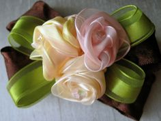 Wonderful Ribbon Embroidery Flowers by Hand Ideas. Enchanting Ribbon Embroidery Flowers by Hand Ideas. Ribbon Art, Diy Ribbon, Fabric Ribbon, Ribbon Crafts, Flower Crafts, Ribbon Bows, Grosgrain Ribbon, Fabric Crafts, Ribbon Flower