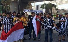 JUVE: su Twitter la juventus ritwitta le foto dei tifosi a singapore #juventus #twitter #tifosisingapore