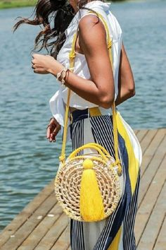 Straw bags are the first ones that come to mind when you talk about summer bag models. Straw bags can be hand-knitted or ready-made. Other popular bags in Round Straw Bag, Round Bag, Diy Handbag, Straw Tote, Boho Bags, Basket Bag, Summer Bags, Knitted Bags, Handmade Bags