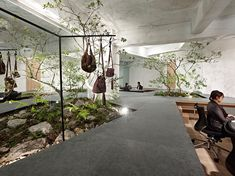 An outstanding open space showroom in Kobe, Japan, was envisioned for the company Sisii. One can admire jackets and handbags while walking around.