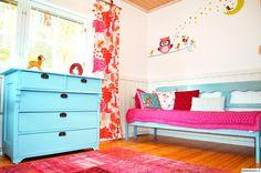 lastenhuone,värikäs sisustus,turkoosi,puusohva,pinkki,vanha lipasto,vintage matto,värikäs koti