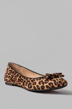 Looking for an anything-but-basic flat? Then you'll want to snatch up theBeverlie Leopard PrintFlat! Sleek leopard print, faux suede is covered in details from the pointed toe and mesh cap to the petite bow adorning the vamp, that make it a sweet choice with a flirty dress.