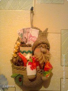 Вот такие лапти большого размера я сделала. Большого потому что были под рукой полутора литровые бутылки. Если раньше делала лаптей пару то эти сделала по одному (подошовка 15 см в длину).  фото 1 Plastic Bottles, Wicker Baskets, Handicraft, Miniatures, Album, Dolls, Creative, Elf, House