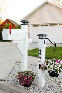 Curb Appeal: Project Mailbox Makeover Checking for mail has never been so enjoyable! Let me show you how we significantly upgraded our curb appeal with this mailbox makeover project. Mailbox Landscaping, Farmhouse Landscaping, Landscaping Ideas, Farmhouse Garden, Mulch Landscaping, Landscaping Software, Mailbox Garden, Cottage Patio, Farmhouse Style