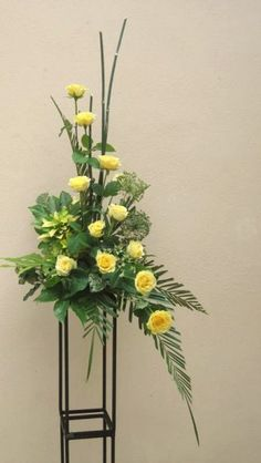 Take a look at this refreshing photo - what an inspired concept Yellow Flower Arrangements, Contemporary Flower Arrangements, Creative Flower Arrangements, Flower Arrangement Designs, Funeral Flower Arrangements, Beautiful Flower Arrangements, Beautiful Flowers, Altar Flowers, Church Flowers