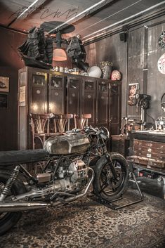 I found this amazing Officine Riunite Milanesi motorbike garage totally accident way, when I was walking away from my Fonderie Milanesi Bar&Restaurant photoshoo Motorcycle Workshop, Motorcycle Shop, Motorcycle Garage, Garage Studio, Garage Shop, Garage Workshop, Workshop Ideas, Vintage Industrial, Industrial Style