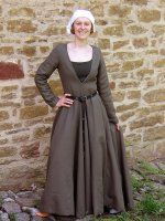 A German gown from the end of the fifteenth century with characteristic deep, pointed décolletage and original sleeve construction. The skirt is widened by four gores and has a small train.