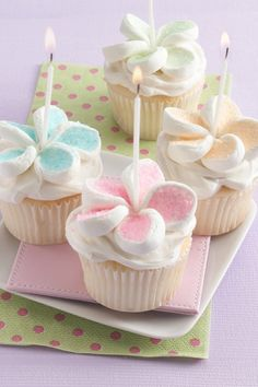 Beautiful cupcakes with marshmallow flowers!! These would be great for a birthday, Mother's Day, baby shower, bridal shower... the list goes on!