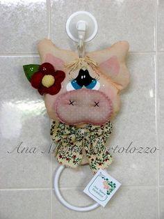 Porquinha confeccionada em tecidos de algodão, com argola para pendurar o pano de prato.  O pano de prato não acompanha a porquinha. R$ 27,56