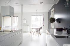valkoinen keittiö,mustavalkoinen keittiö,musta seinä,valkoinen lattia,keittiö