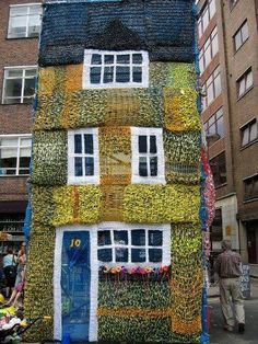 Yarn bombing a house must be the ultimate yarn bombing project. Knitted house - made for the London Architecture Biennale by the group Knitting Site, June 2006 Knit Art, Crochet Art, Graffiti, Ideas Mancave, Urbane Kunst, Instalation Art, London Architecture, Yarn Bombing, Public Art