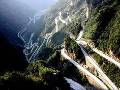 Taroko Gorge Road, Taiwan Liderando a través de acantilados y montañas, este camino está lleno de curvas bling, caminos estrechos y curvas cerradas.