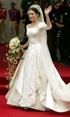 Arriving to the venue, Mary looked breathtaking in a simple ivory gown made of duchesse satin featuring a 19-ft train. The 32-year-old's wedding look was finished off with a delicate lace veil.<br><p>Photo: Getty Images</p>