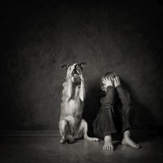 Fotógrafas de todo el mundo muestran sus imágenes de críos jugando con animales. Algunas son realmente enternecedoras