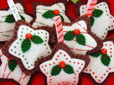 Enfeite para pacotes, árvores ...whatever..this says you could make these for Christmas!