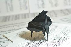 Cute Mini Origami Piano - http://www.ikuzoorigami.com/cute-mini-origami-piano/