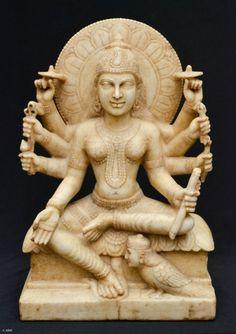GAYATRI - Antiga e rara escultura oriental confeccionada em mármore representando a deusa Hindu. Med.: 56x35x17 cm.