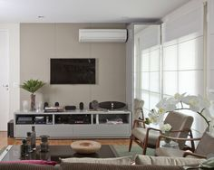 Para o deleite do casal e seus dois filhos pequenos, o apartamento de 127 m2 onde moram, localizado na Vila Olímpia, em São Paulo, passou por uma transformação completa. As responsáveis pelo novo projeto foram as arquitetas Marina Priolli e Vanessa Galuppo, do escritório Priolli Galuppo Arquitetura e Design, que repensaram a distribuição do espaço …