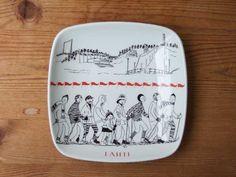 LAHTI Square Plate    No.RU-LA01  SOLD OUT  design: Kaj Franck カイ・フランク >>  decoration: Raija Uosikkinen ライヤ・ウオシッキネン   maker: ARABIA (finland) >>   size: 15.4cm×15.4cm  H2.7cm  porcelain H2, Square Plates, Plate Design, Vintage Images, Finland, Music Instruments, Plaque Design, Vintage Pictures, Musical Instruments