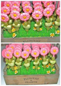 Chocolade bloem met druiven Healthy Birthday Treats, Healthy Treats, Party Trays, Party Snacks, Fruit Creations, Little Presents, School Treats, Happy Foods, Food Humor